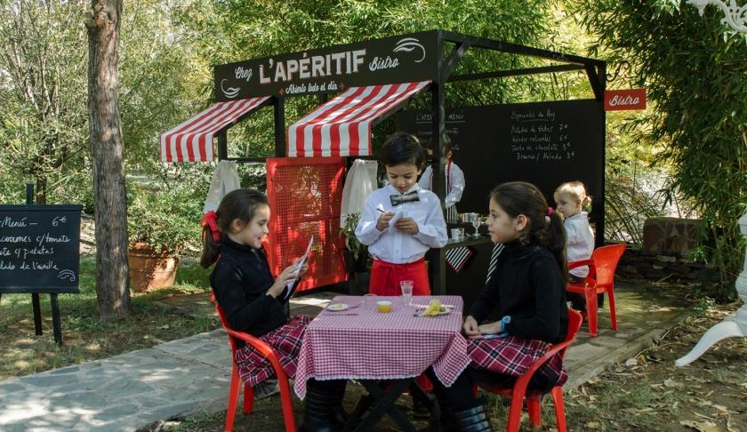 Le petit bistro - Nunca jugar a las comiditas tuvo tanto glamour. La instalación perfecta para un restaurante o terraza familiar, los niños se entretienen mientras los padres alargan tranquilos su sobremesa.