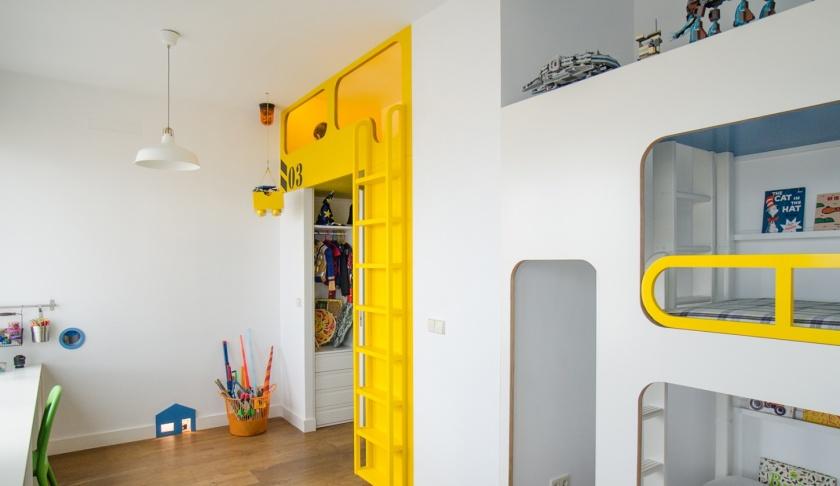 Tres hermanos Renovación de habitaciones infantiles de un piso en Madrid, con la consigna de conseguir espacios funcionales que permitieran a cada hermano hacer sus actividades favoritas. Se favoreció el juego en conjunto, pero también se creo un rincón favorito para cada uno.