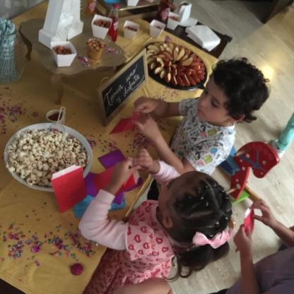 Atacando la mesa de botanas.